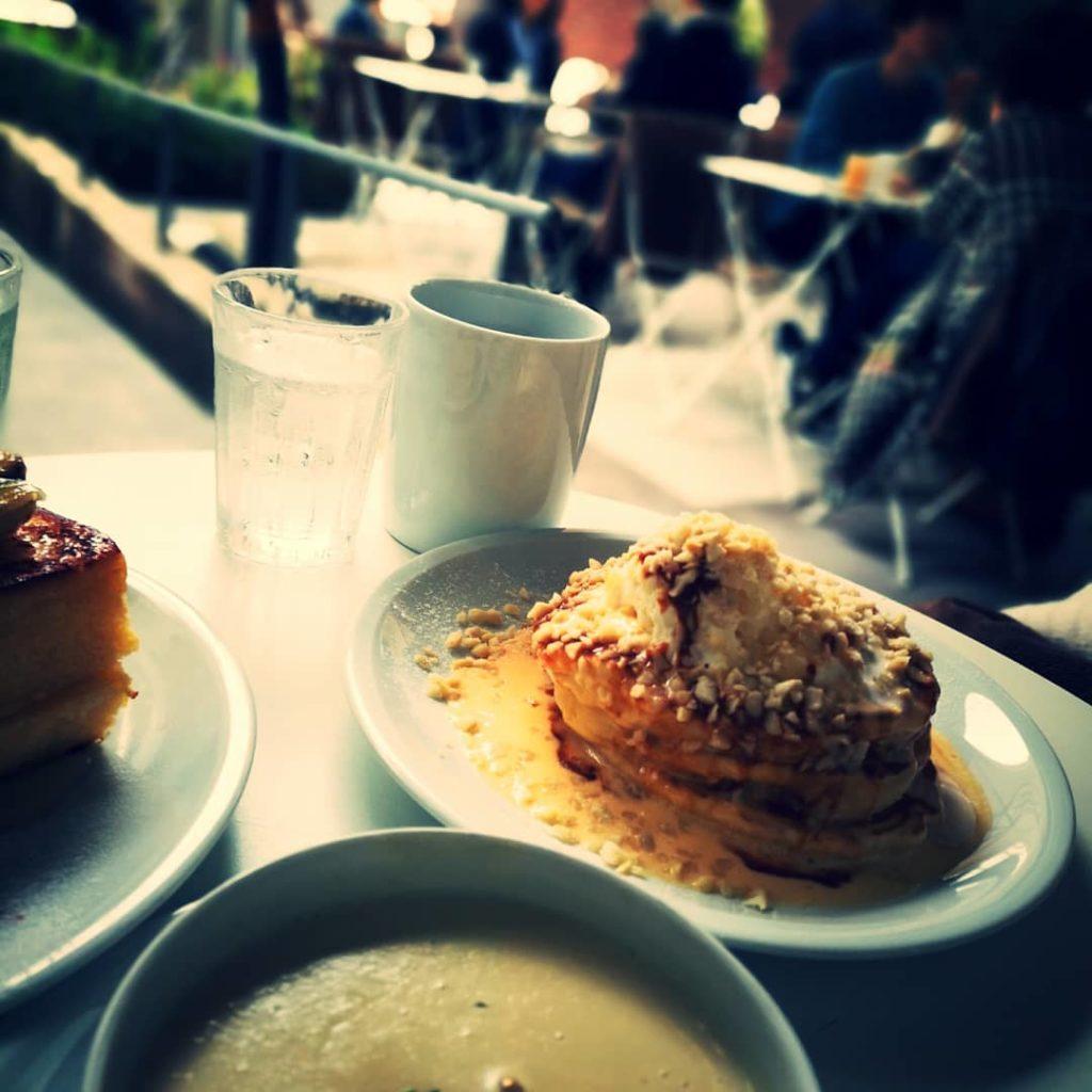 マカダミアナッツのバターミルクパンケーキ バニラソース、ホイップクリーム